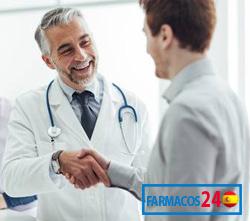doctor y hombre en farmacia